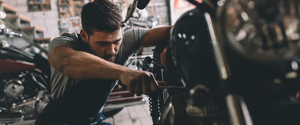 Pessoa consertando moto